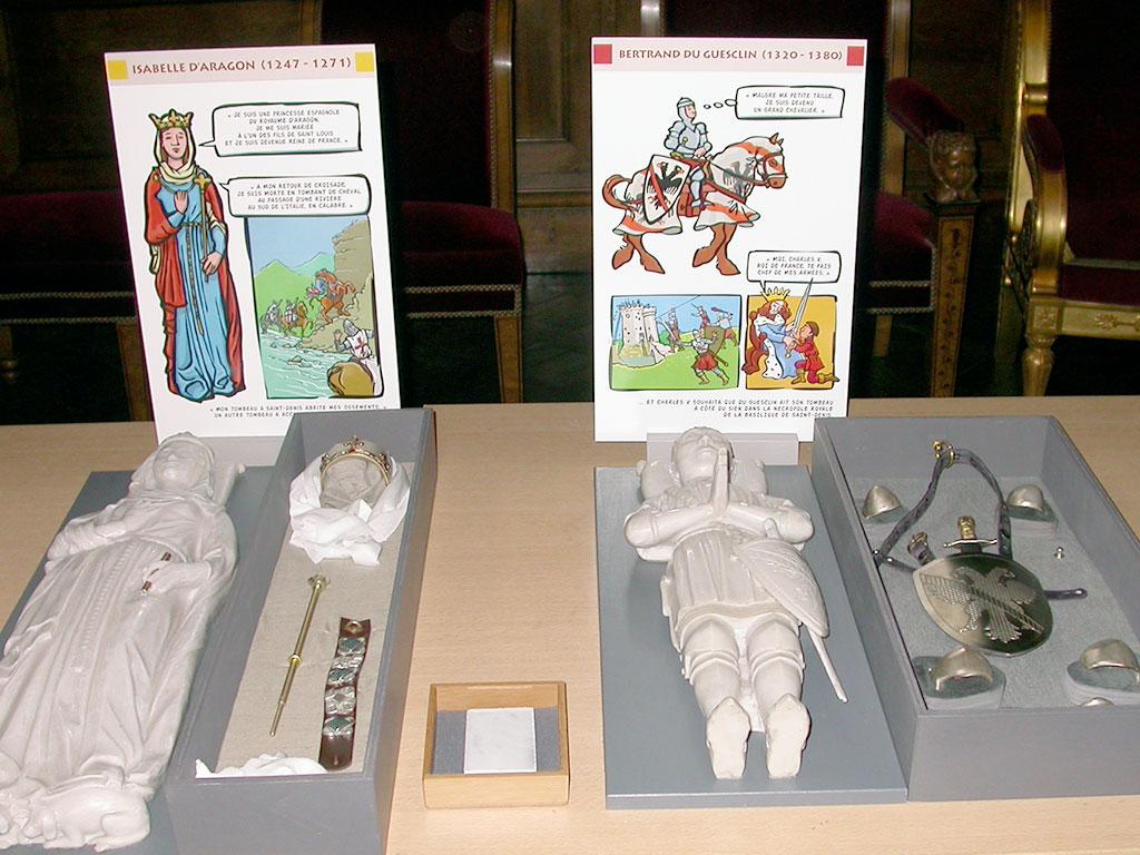 Basilique Cathédral de Saint-Denis, jeux et accessoires des gisants de Du Guesclin et Isabelle d'Aragon
