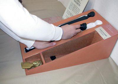 Manipulation tactile de « La Figure filiforme étrusque » Echantillon du matériau original en bronze