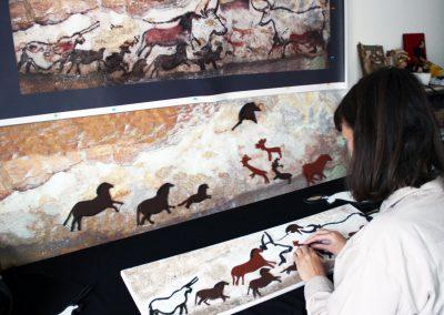 Aurore teste la fresque tactile de la grotte de LASCAUX