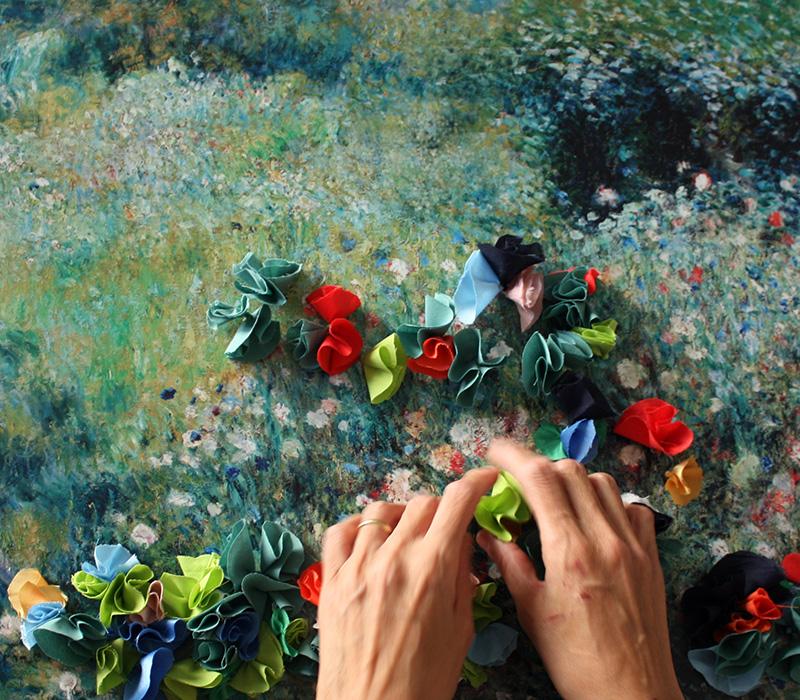 Mains tactiles dans jardin
